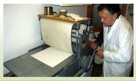Carlo Iacomucci al torchio calcografico in fase di stampa