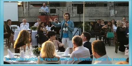 Cesare Catà in mezzo al pubblico durante la lezione-spettacolo