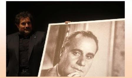 Presidente dell'Ass Gigli, Pierluca Trucchia accanto a una foto di Gigli