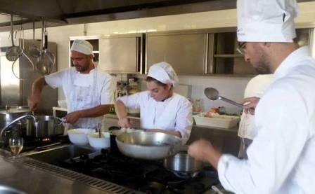 Un aiuto cuoco in cucina fa sempre comodo eccone 8 appena formati associazione culturale la - Aiuto in cucina ...