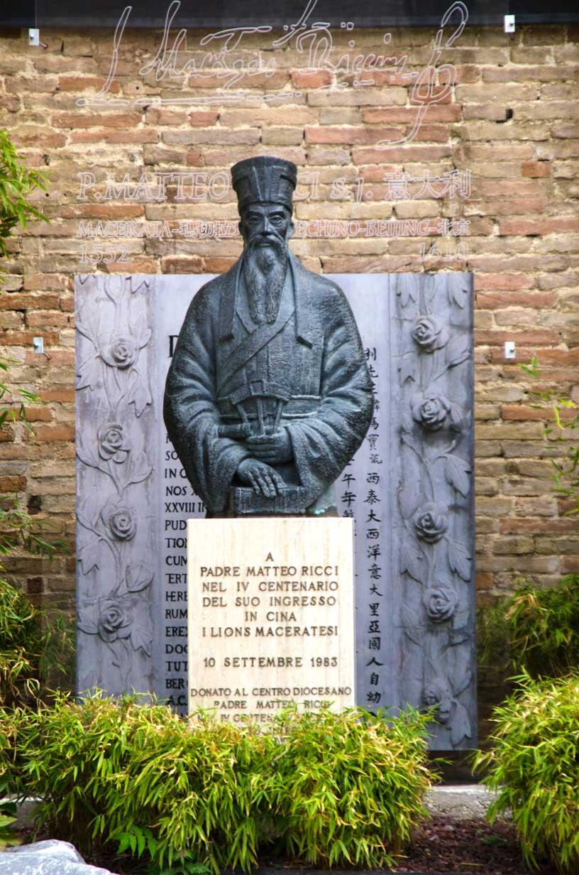 Piazza Strambi, la statua di Padre Matteo Ricci