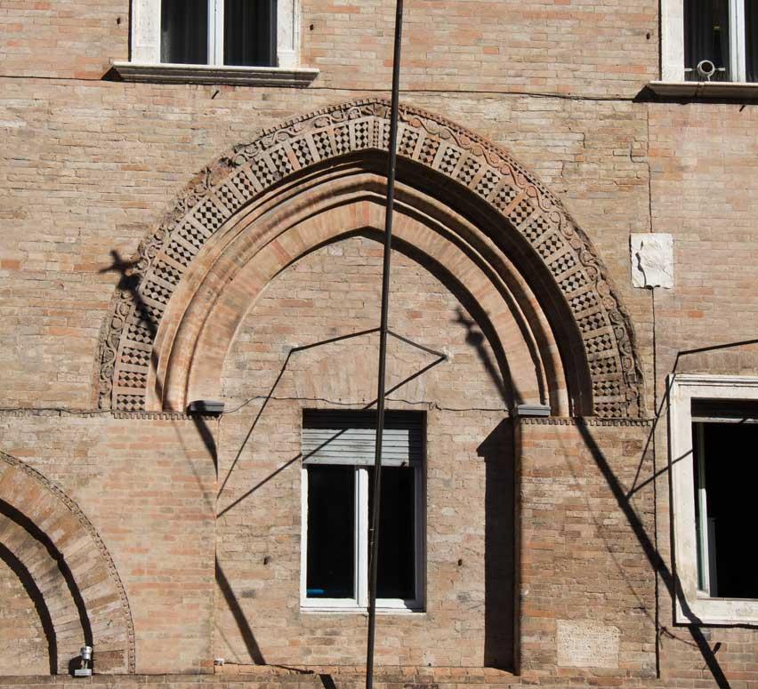 Palazzo della Prefettura, archi gotici del primitivo edificio