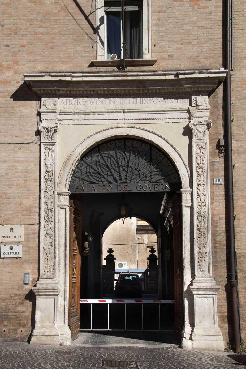 Palazzo della Prefettura, il portale