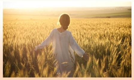 ragazza in mezzo al campo di grano